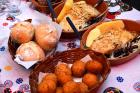 Portugalská gastronomie na portugalském ubruse. Z tresky jsou i kuličky v popředí
