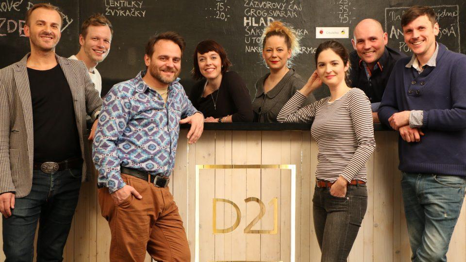 Soubor Divadla D21 tvoří skupina absolventů ročníku Vyšší odborné školy herecké