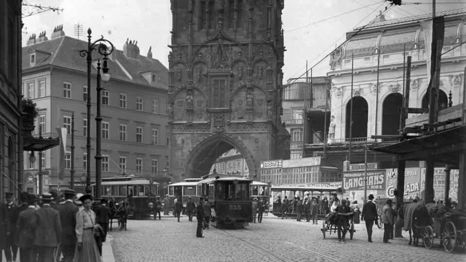Obecní dům Praha; dnešní Hybernská ulice v roce 1908 směrem k Prašné bráně