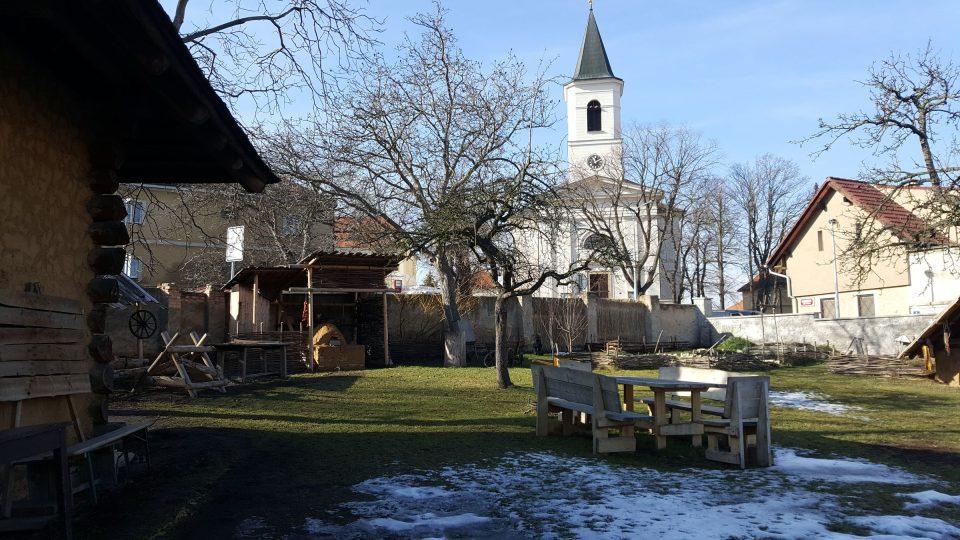 Archeologický park se nachází naproti kostelu svatého Fabiána a Šebestiána