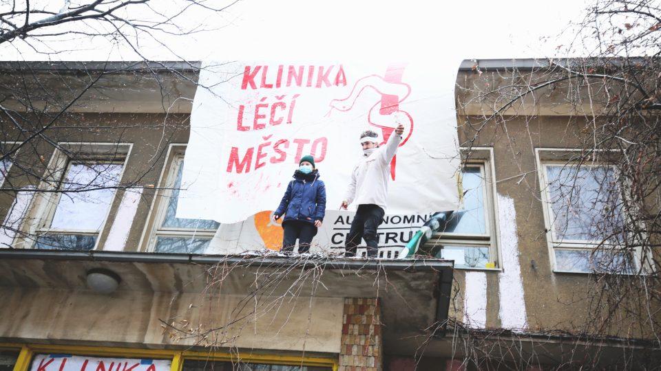 Vyklízení autonomního sociálního centra Klinika na Žižkově exekutorem