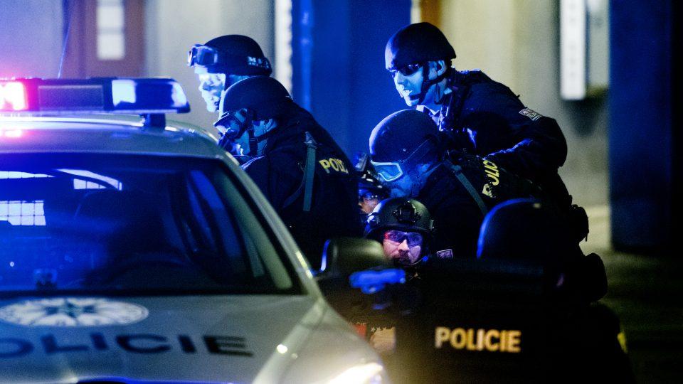 Policisté vybavení dlouhými nebo krátkými cvičnými zbraněmi podobných těm airsoftovým se speciálním střelivem, takzvanými FX náboji, zneškodnili teroristy po sedmdesáti minutách od nahlášení akce